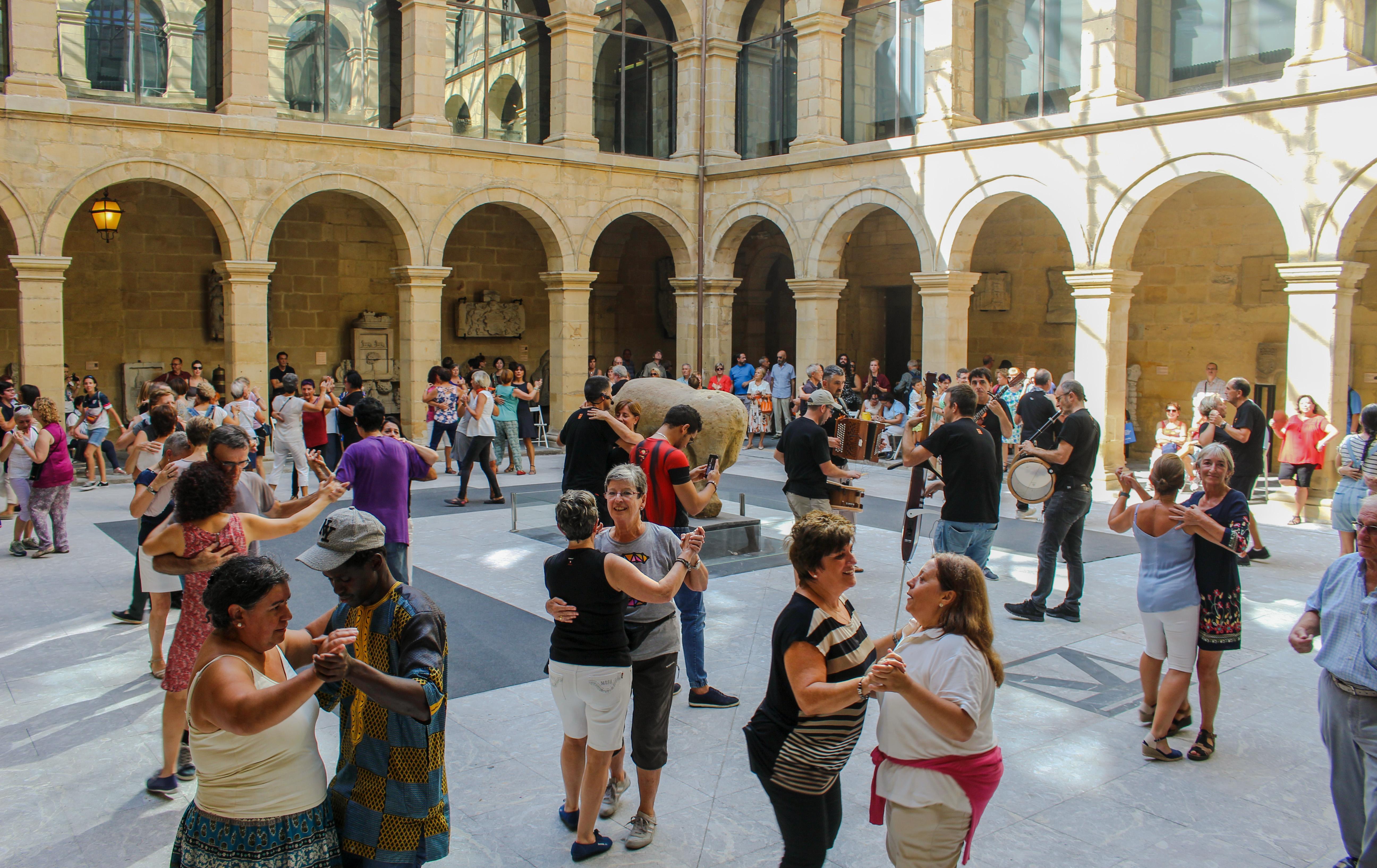 La danza tradicional vuelve al Museo Vasco con la romería de Aiko Taldea
